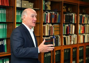 <p><span>Bill Daley charms university honor students with insightful guest lecture</span></p>