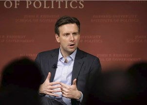 <p>Josh Earnest receives praise for his candid analysis and refreshing bipartisanship</p>